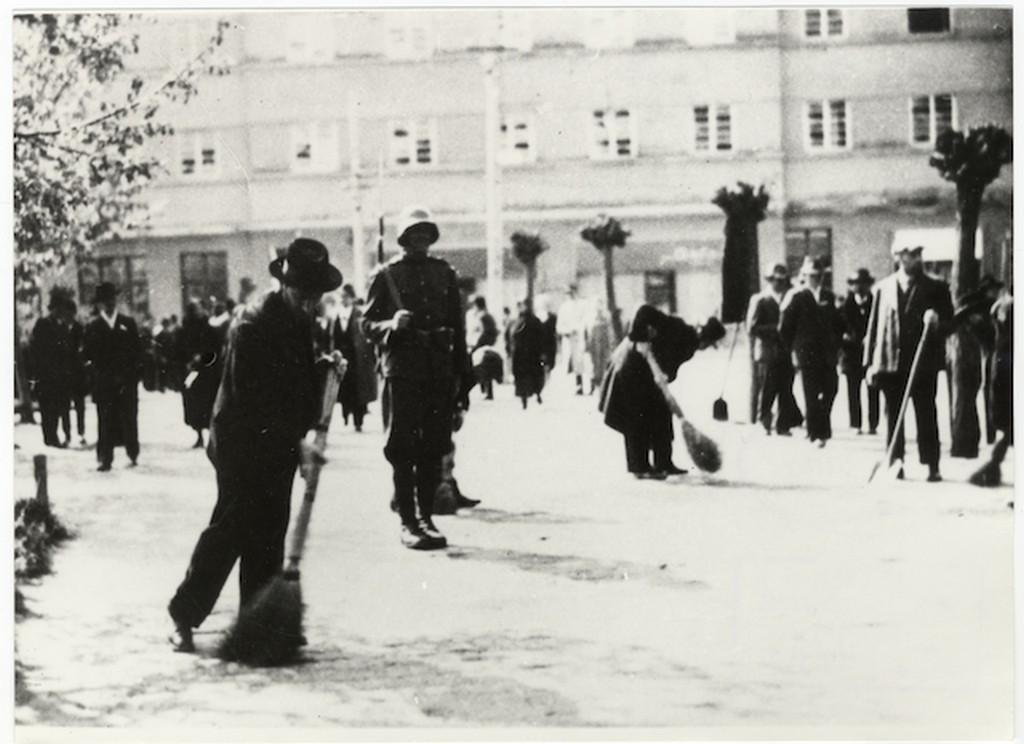 1941_utcasopresre_kirendelt_zsidok_zenta.jpg