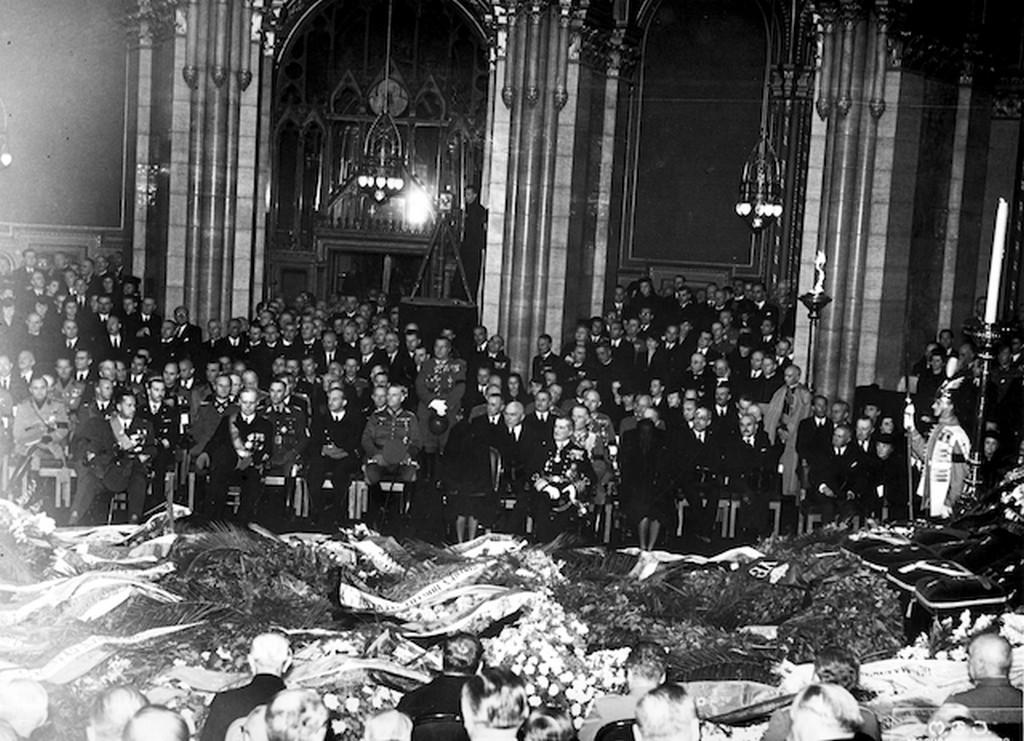 1942_08_27_horthy_istvan_gyaszszertartasa_a_parlamentben.jpg