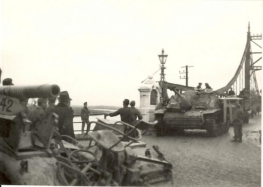 1944_visszavonulo_magyar_alakulat_a_tokaji_tisza_hidnal.jpg