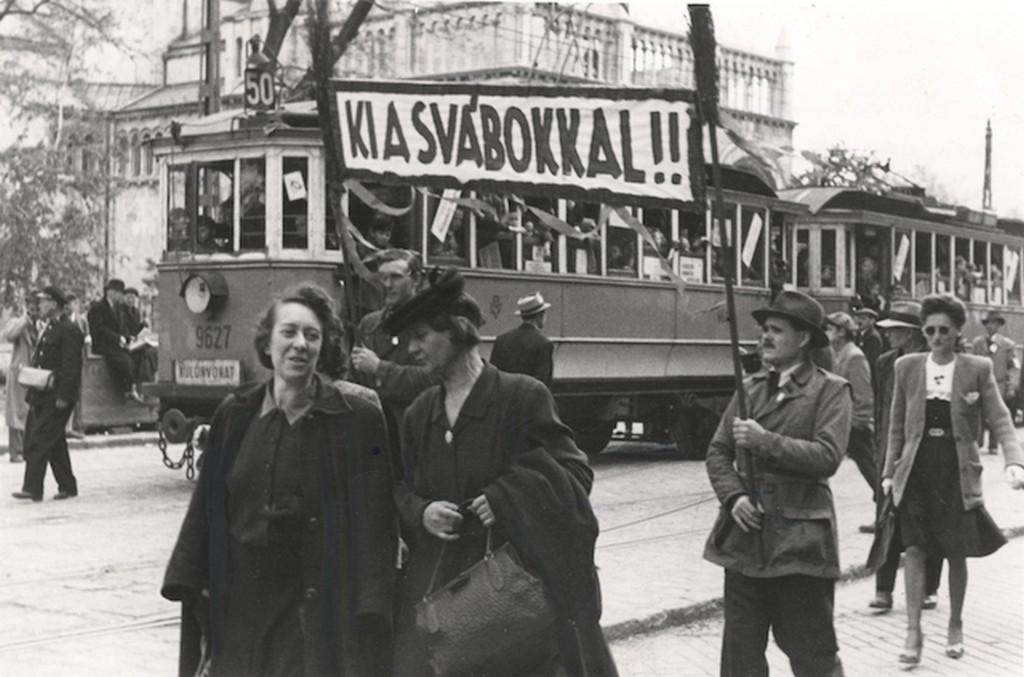 1945_05_13_felvonulas_a_parasztpart_dozsa_unnepen_bp.jpg