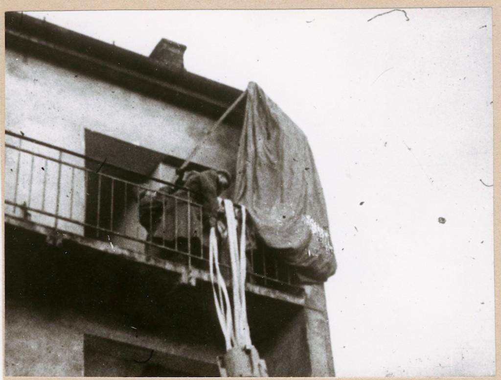 1945_marcius_nemet_ejtoernyos_kuldemeny_egy_haz_erkelyen_fennakadva_budapest.jpg