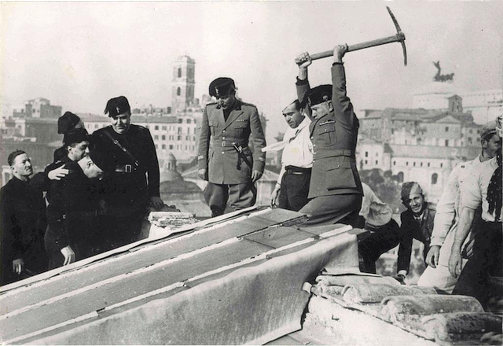 1935_mussolini_az_elso_csakanyutessel_megkezdi_roma_nyomornegyedenek_bontasi_munkalatait.png