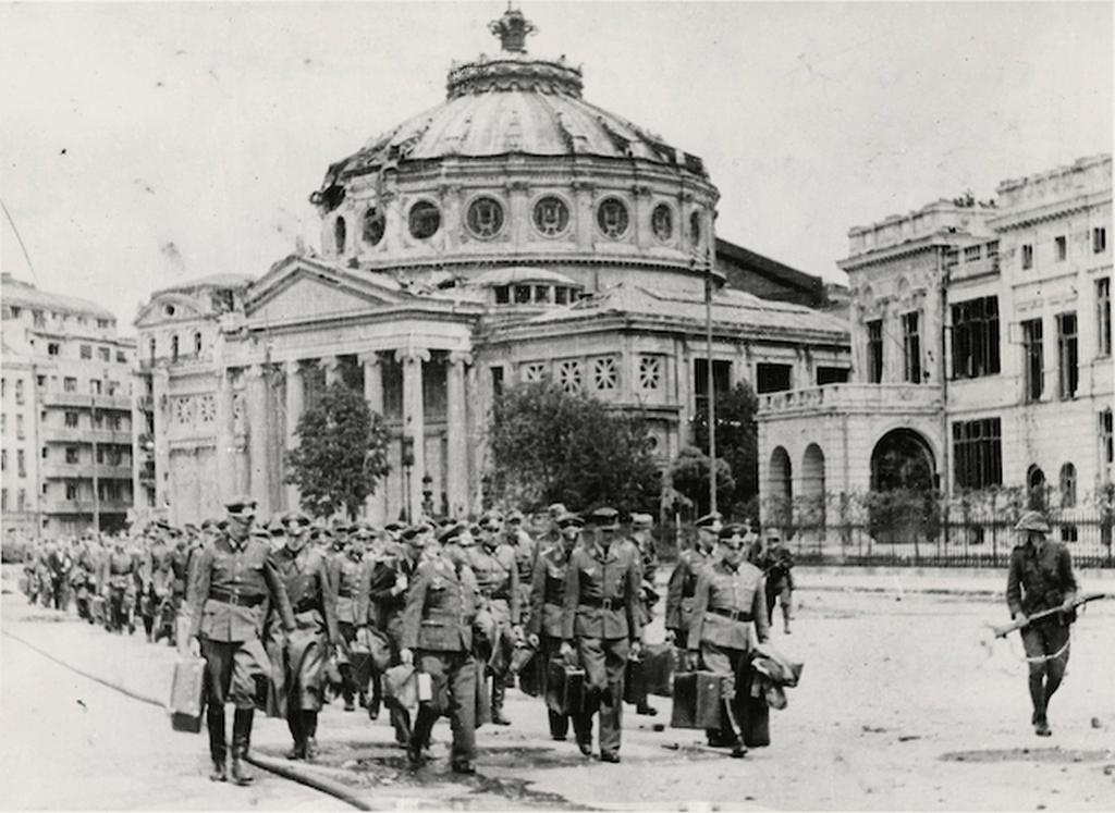 1944_augusztus_bukarest_roman_katonak_foglyul_ejtett_nemet_tiszteket_kisernek.png
