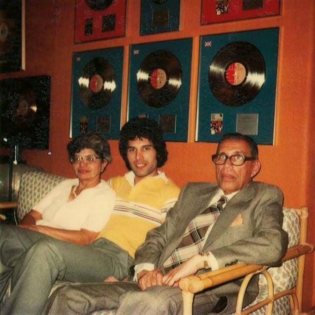 1977_freddie_mercury_with_his_parents_at_his_london_home.jpg