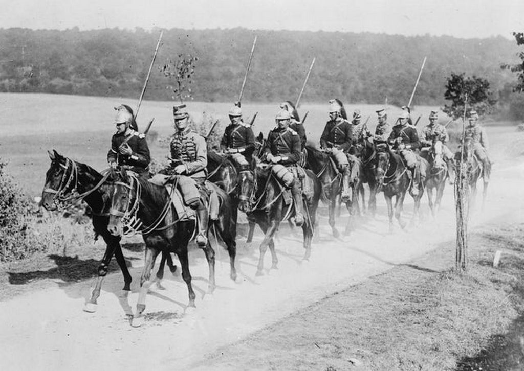 1914_french_dragoons_and_chasseurs_on_their_way_to_the_western_front.jpg