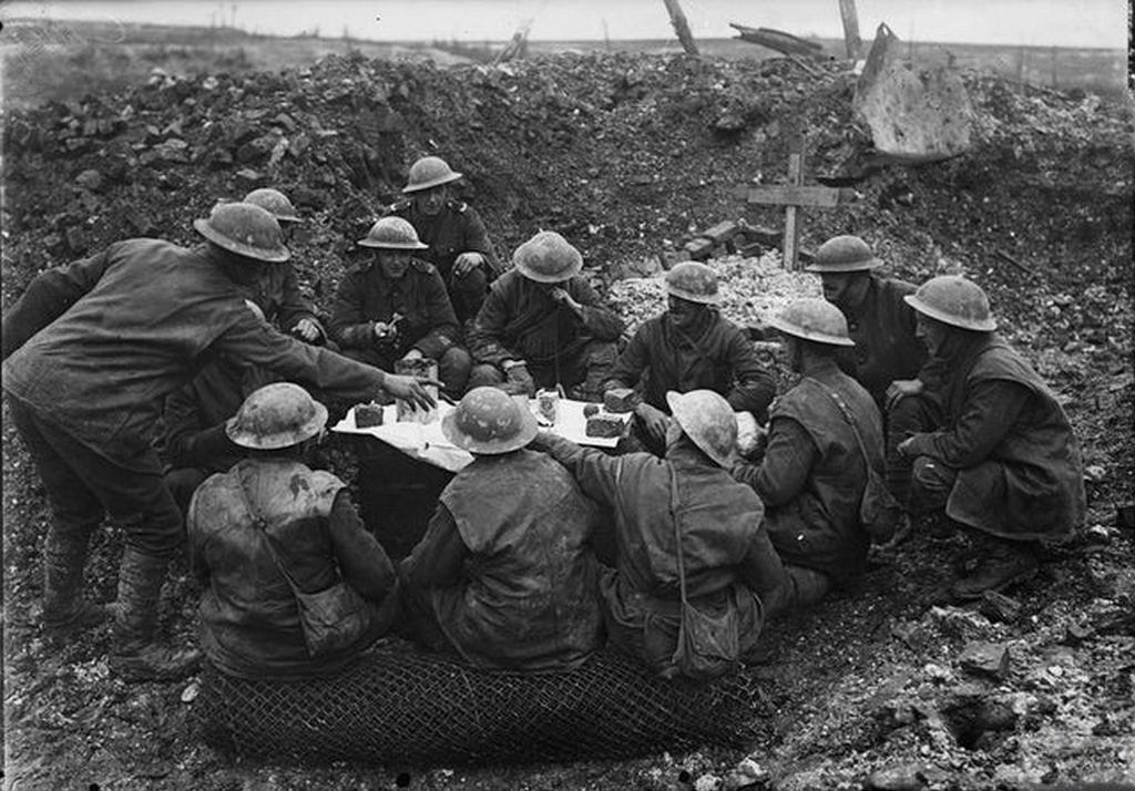 1916_karacsonya_british_troops_eat_christmas_dinner_in_a_shell_hole_beaumont_hamel_france1.jpg