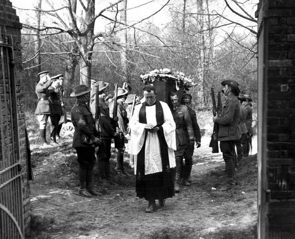1918_apr_22_australian_flying_corps_give_manfred_von_richthofen_aka_the_red_baron_a_full_military_funeral_out_of_respect_for_the_legendary_german_fighter_pilot.jpg