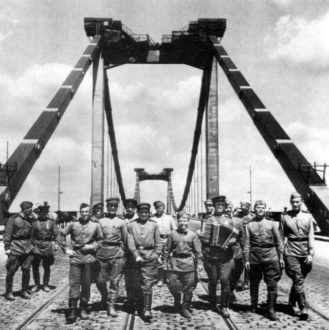 1945_majus_soviet_soldiers_cross_the_bridge_over_the_danube_in_vienna.jpg