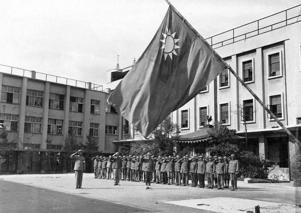 1945_szeptember_8_chinese_soldiers_raising_the_chinese_flag_at_the_chinese_occupation_headquarters_in_osaka_japan.jpg