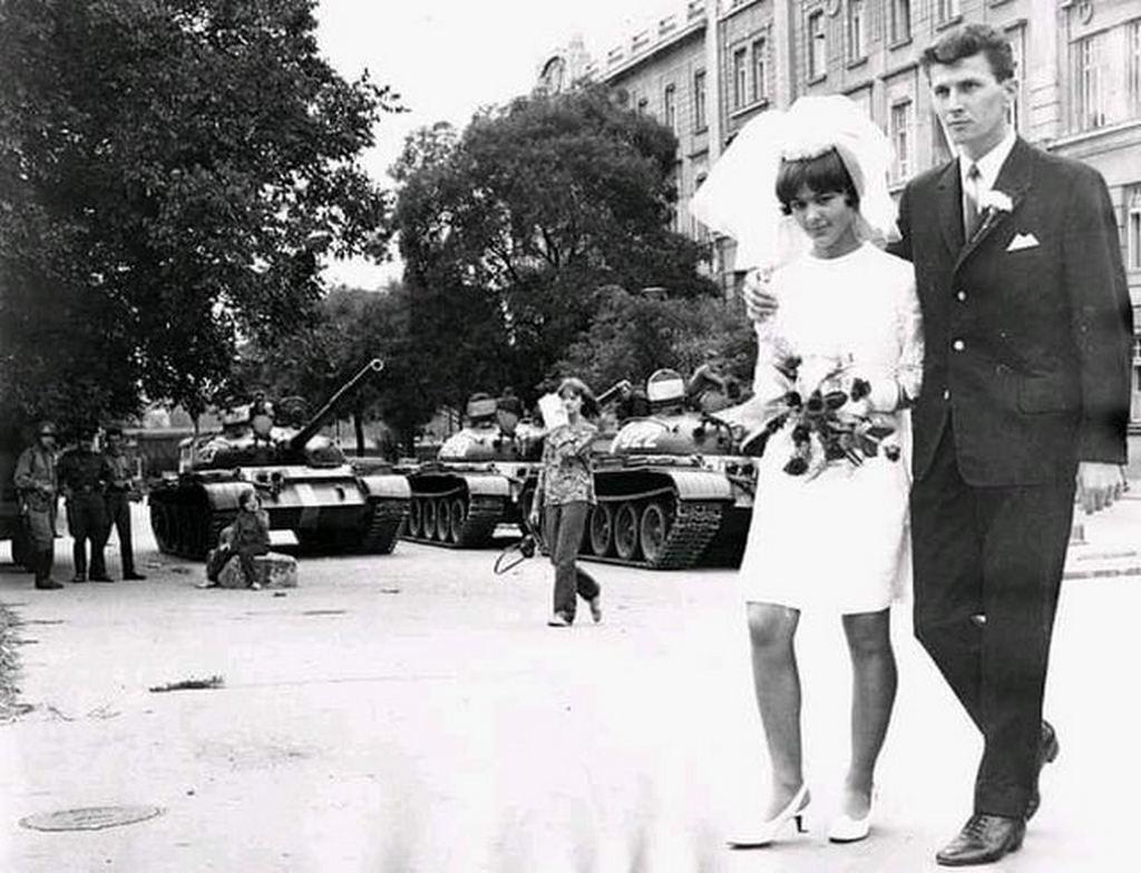 1968_soviet_tanks_interrupt_young_couple_wedding_soviet_invasion_to_czechoslovakia.jpg