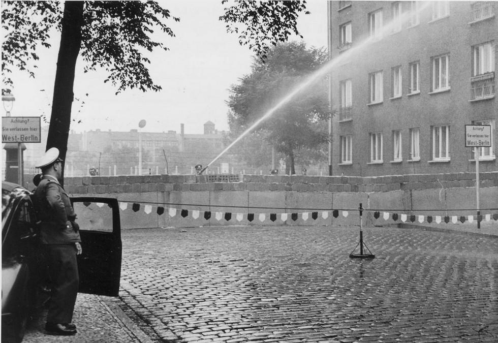 1961_08_szept_gescheiterte_flucht_in_treptow_ost-berliner_grenzpolizisten_setzen_seinen_wasserwerfer_ein_cr.jpg