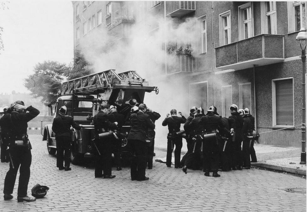 1961_09_szept_gescheiterte_flucht_in_treptow_ost-berliner_grenzpolizisten_werfen_tr_nengas_mit_knalleffekten_und_verhindern_den_fluchtversuch_cr.jpg