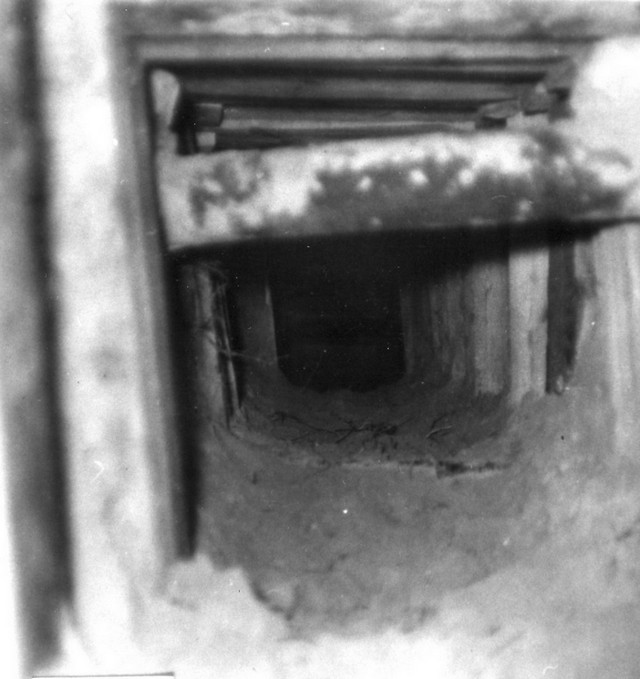 1961_december_friedhof_pankow_tunnel_etwa_30_meter_lang_knapp_einen_meter_hoch_mit_holzbrettern_verschalt_und_pfosten_abgestutzt.jpg