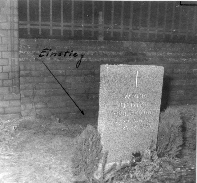 1961_december_friedhof_pankow_tunnel_etwa_30_meter_lang_knapp_einen_meter_hoch_mit_holzbrettern_verschalt_und_pfosten_abgestutzt1.jpg