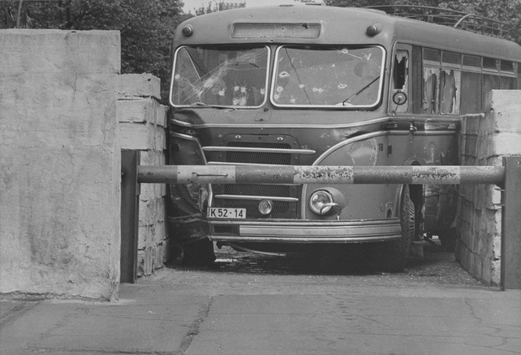 1963_majus_12_138_lovessel_megallitva_sikertelen_autobuszszokes_az_invalidenstrasse_hataratkelohelyen.jpg