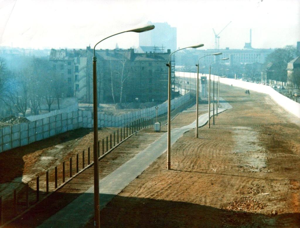 1_1985_korul_der_todesstreifen_in_der_bernauer_stra_e_in_berlin1.jpg