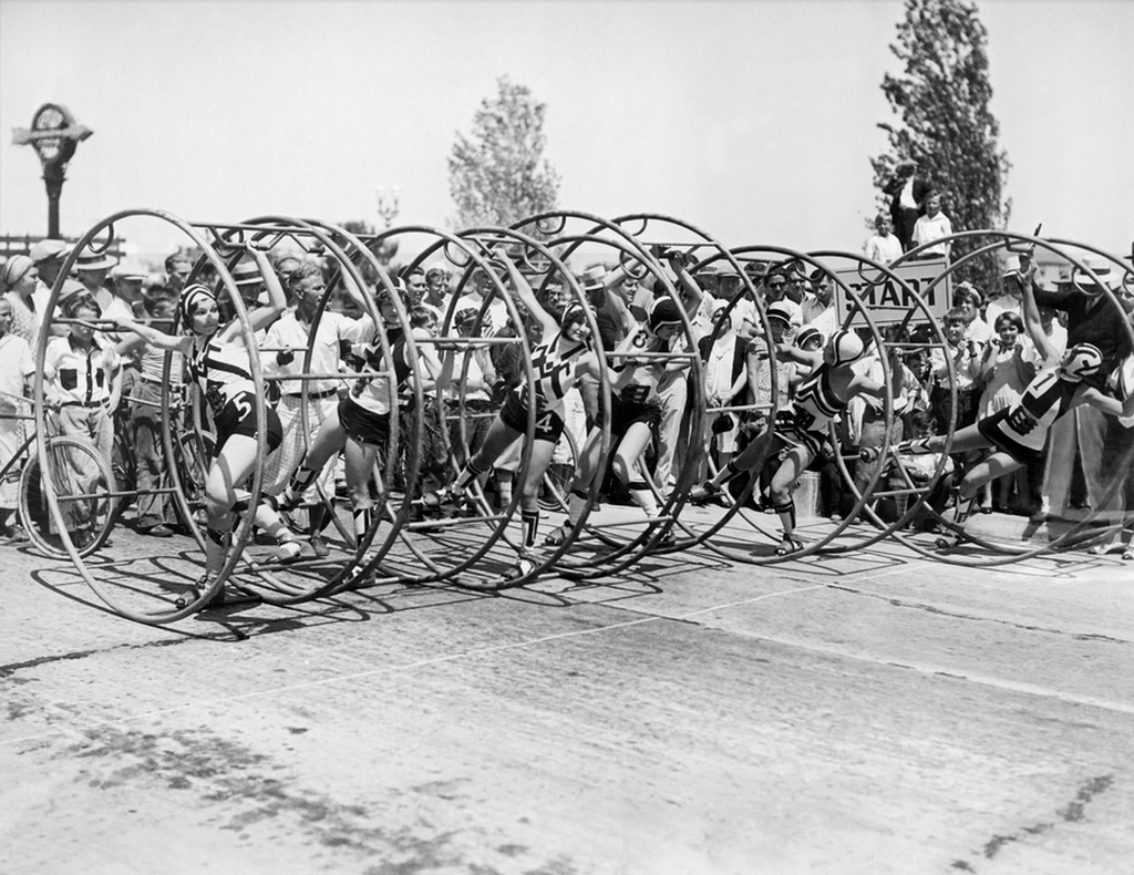 1930_korul_six_women_contestants_at_the_starting_line_in_america_s_first_human_hoop_race_which_was_held_at_carthay_circle_in_hollywood.jpg