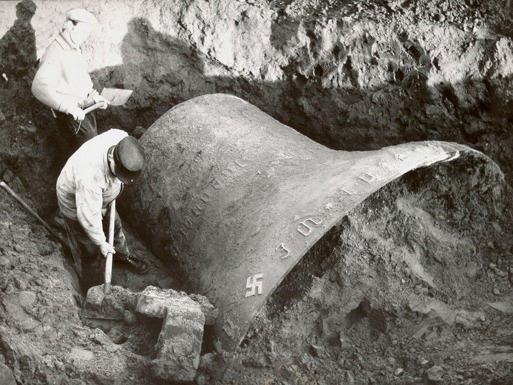 1956_berlin_excavation_of_the_olympic_bell.jpg