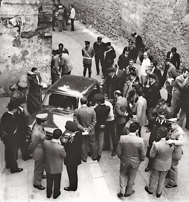 1971_palermo_a_group_of_carabinieri_and_onlookers_looking_inside_the_fiat_130_the_bodies_of_chief_prosecutor_of_palermo_pietro_scaglione_and_his_driver2.jpg