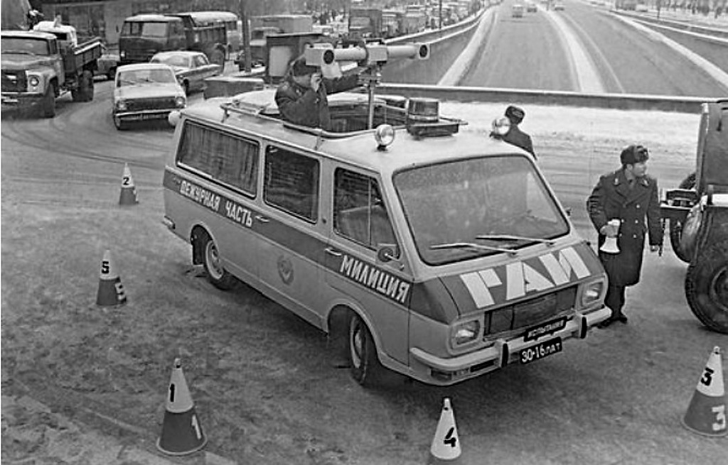 1980_korul_soviet_traffic_police_officers_taking_pictures_of_a_road_accident_with_a_stereoscopic_camera.jpg