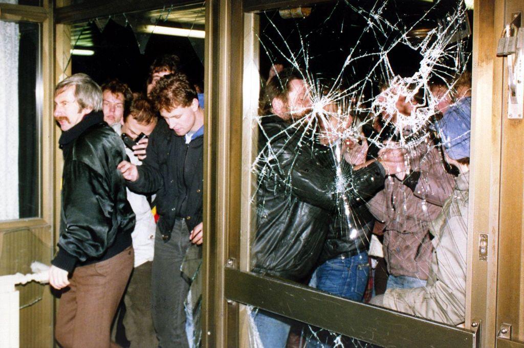 1990_jan_15_mehrere_zehntausend_demonstranten_sturmten_die_zentrale_des_amtes_fur_nationale_sicherheit_stasi-zentrale_im_ostberliner_stadtteil_lichtenberg.jpg