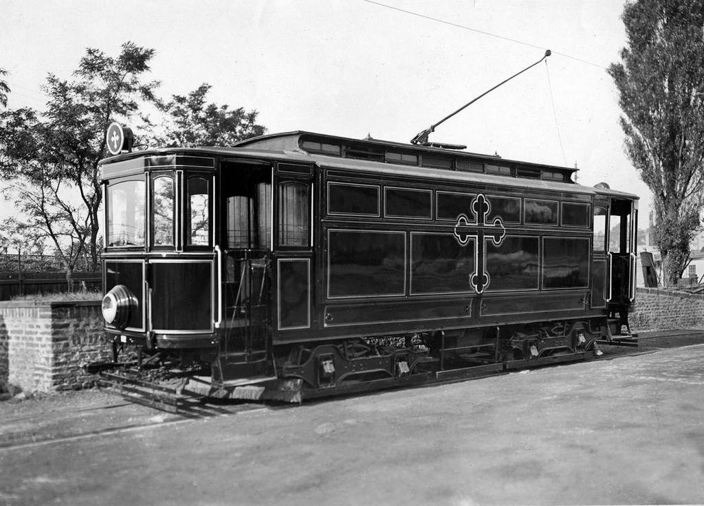 1917_czech_funeral_tram_was_used_during_world_war_1_for_carry_dead_bodies_of_soldiers_trough_city_of_prague_from_hospitals_to_graveyards.jpg