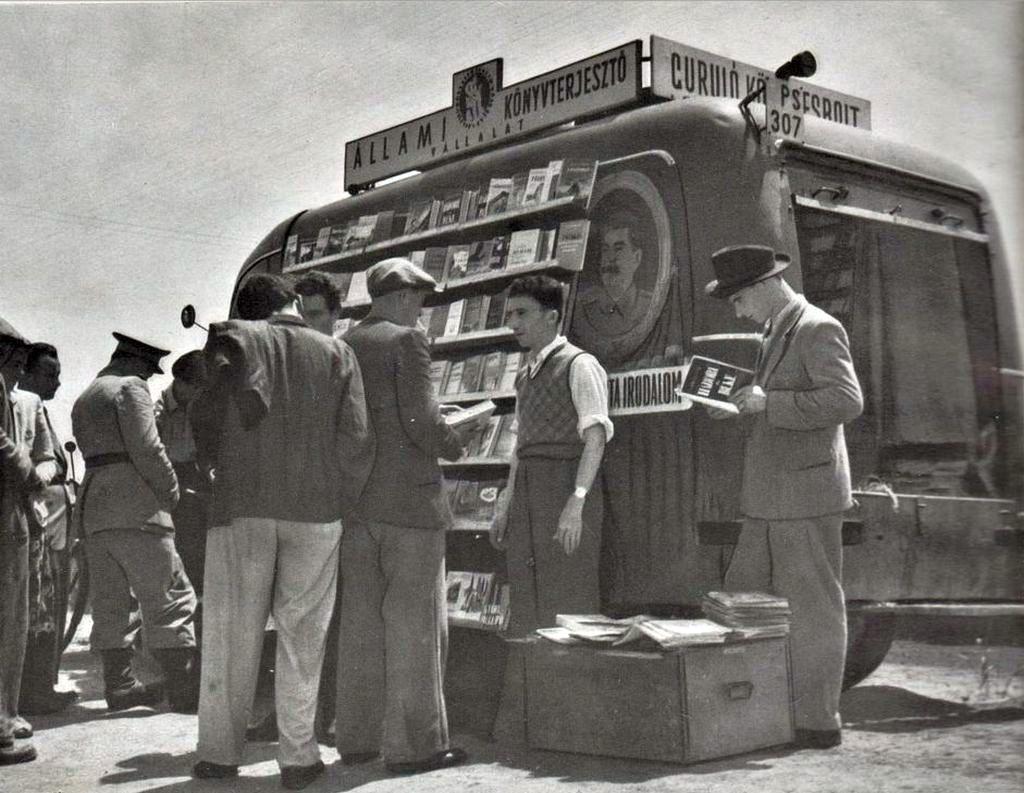 1951_az_allami_konyvterjeszto_vallalat_gurulo_konyvesboltja_sztalinvarosban_cr.jpg