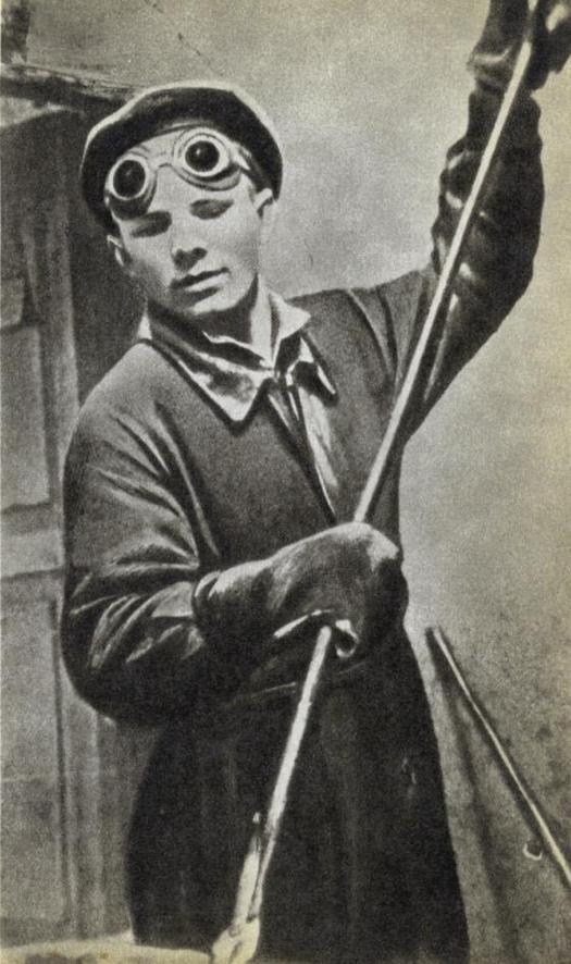 1951_jurij_gagarin_a_mezogazdasagi_gepek_lyuberetskiy_uzemeben_ontomunkaskent_szovjetunio_cr.jpg
