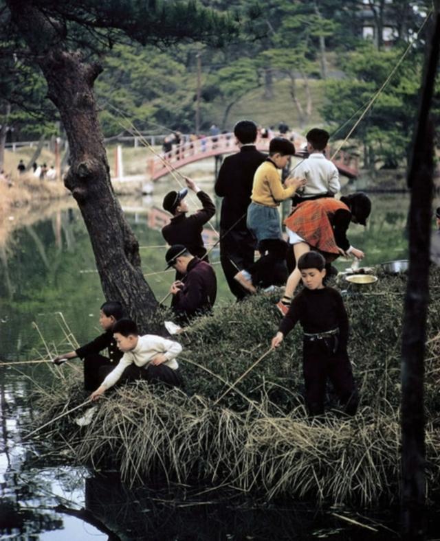 1960_children_fishing_in_tokyo_japan_photo_by_elliott_erwitt.png