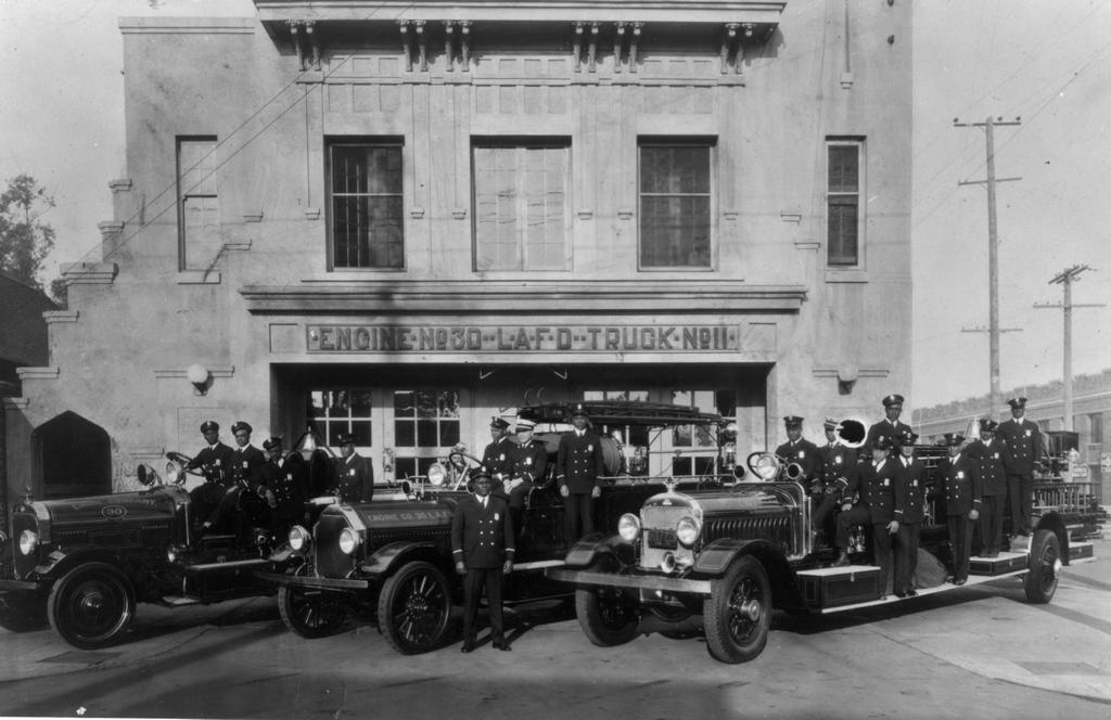 1931. Los Angelesi teljesen színes bőrű tűzoltóbrigád, fehér parancsnokukkal. Akkoriban elképzelhetetlen lett volna, hogy a fehérek a feketékkel együtt dolgozzanak..jpg