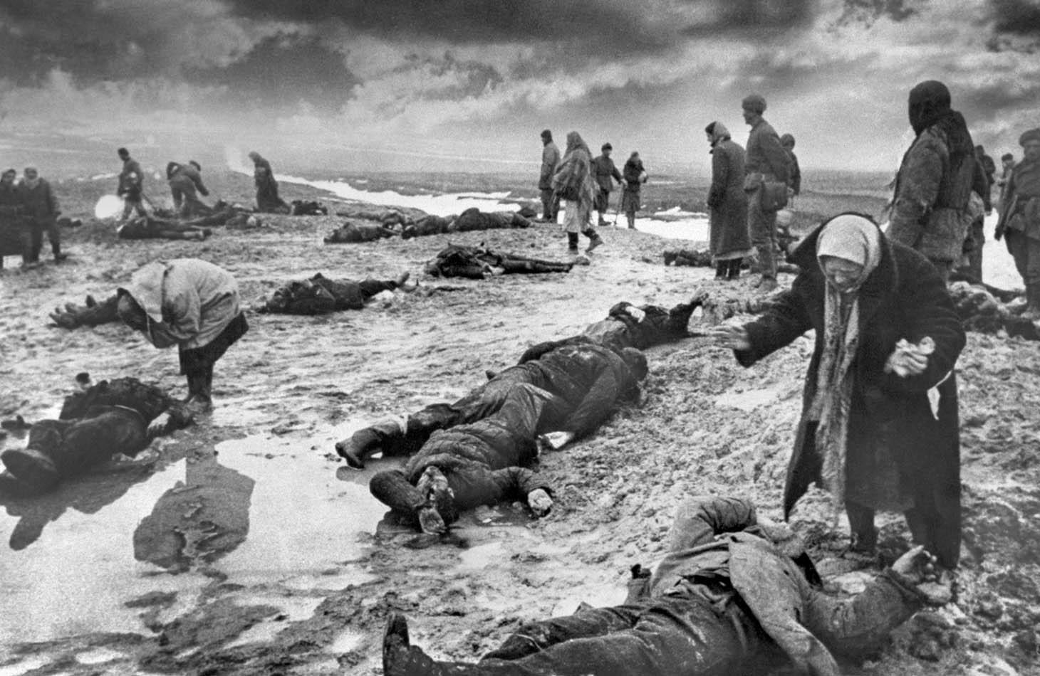 1942. Szovjet lakosok keresik szeretteiket a németek által elkövetett kercsi mészárlás után, Szevasztopol ostroma alatt..jpg