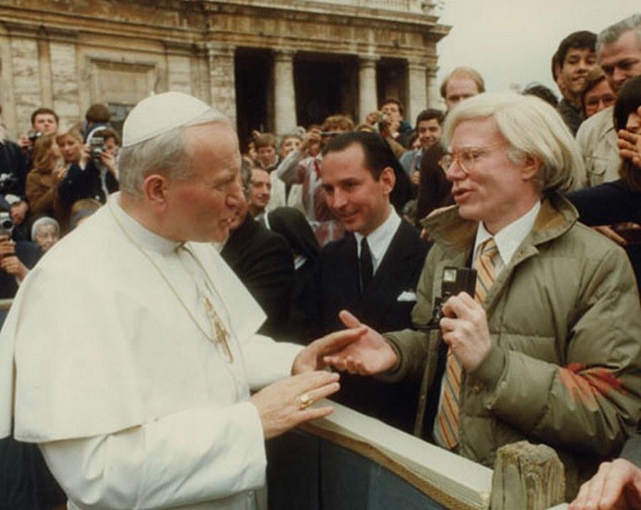 1980. II. János Pál pápa a tömegben felismeri Andy Warholt és néhány szót vált vele..jpg