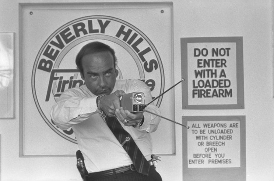 1985. Arthur Kassel használja az eletromos sokkolót a beverly hills-i rendőrségnek szervezett bemutatón..jpg