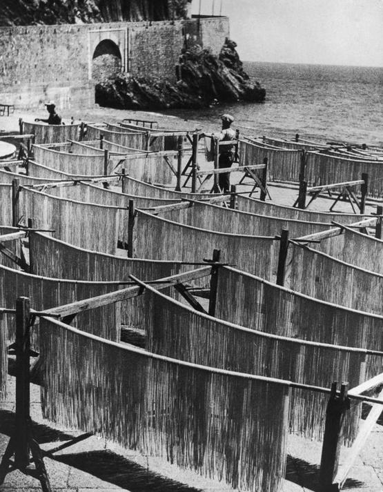 1949_spagetti_szaritasa_a_salernoi-obol_partjan_amalfi_olaszorszag.jpeg