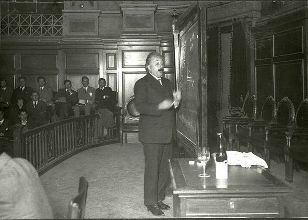 1925_albert_einstein_in_the_assembly_hall_of_the_university_of_the_republic_montevideo_uruguay.jpg