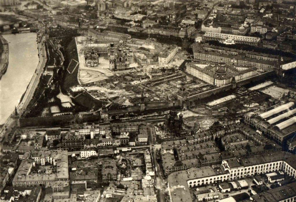 1930_szept_a_moszkvai_kreml_fenykepe_az_lz_127_graf_zeppelin_leghajorol_cr.jpg