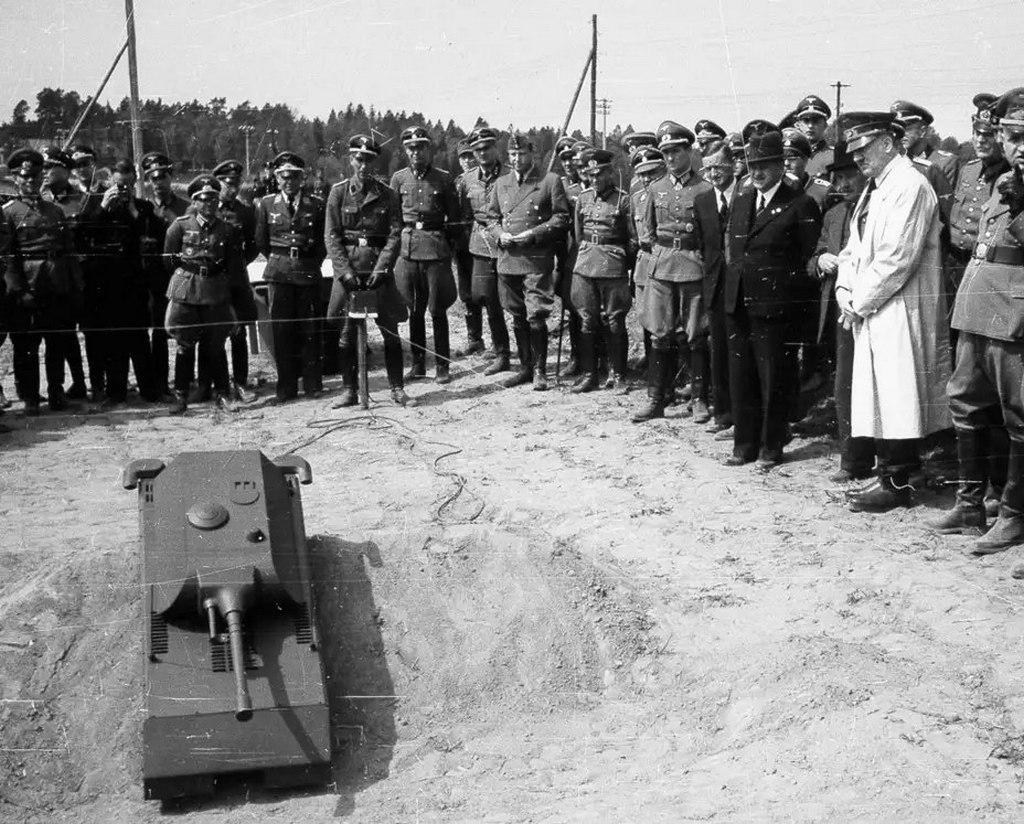 1943_majus_adolf_hitler_megvizsgalja_a_panzerkampfwagen_viii_maus_szuper_nehez_tank_modelljet.jpeg