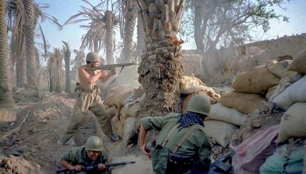 1980_iranian_troops_engaging_with_iraqi_forces_during_the_battle_of_khorramshahr.jpg