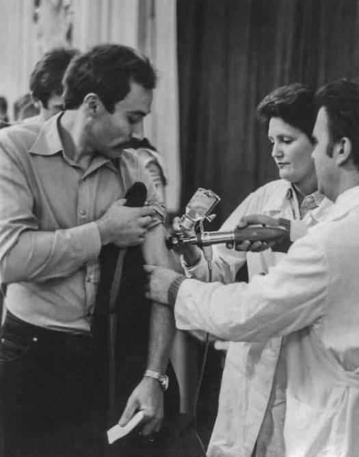 1982_egyetemistakat_es_tanaraikat_oltjak_influenza_ellen_moszkvaban.jpeg