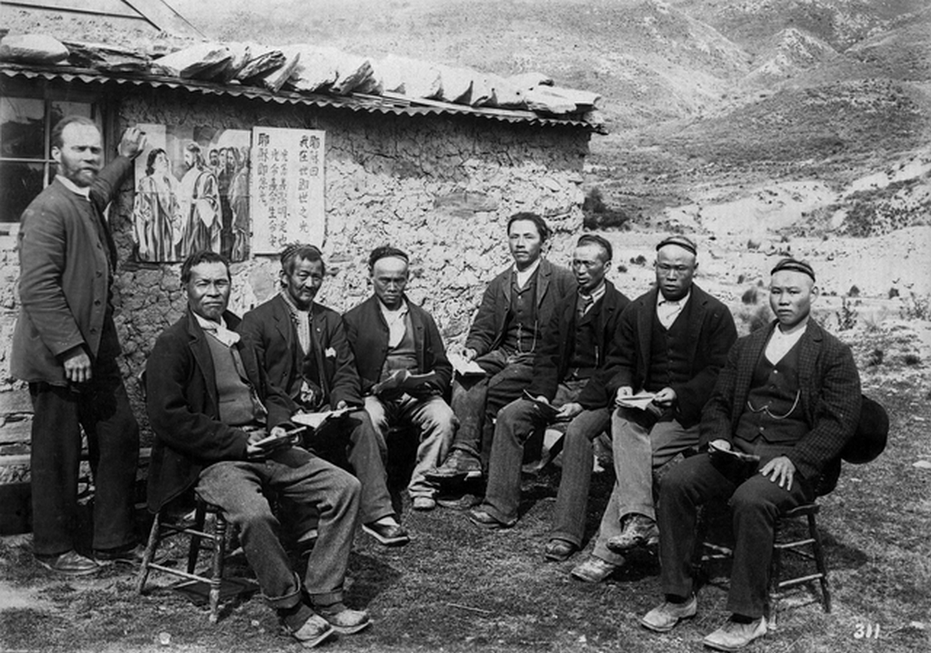 1900_korul_chinese_gold_miners_with_presbyterian_missionary_alexander_don_at_kyeburn_diggings_in_otago_new_zealand.png