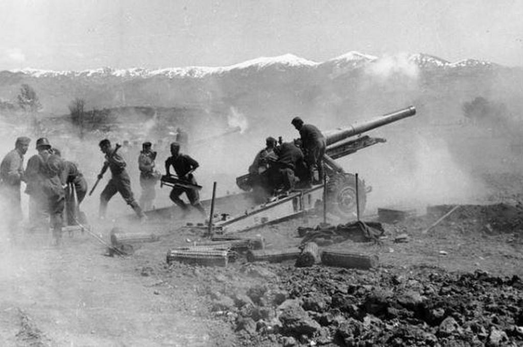 1941_german_artillery_firing_battle_of_greece.jpg