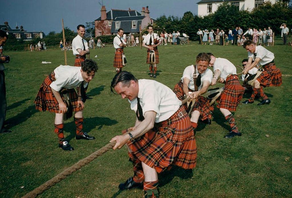 1965_tug_o_war_event_at_the_brodick_highland_games_scotland.jpg