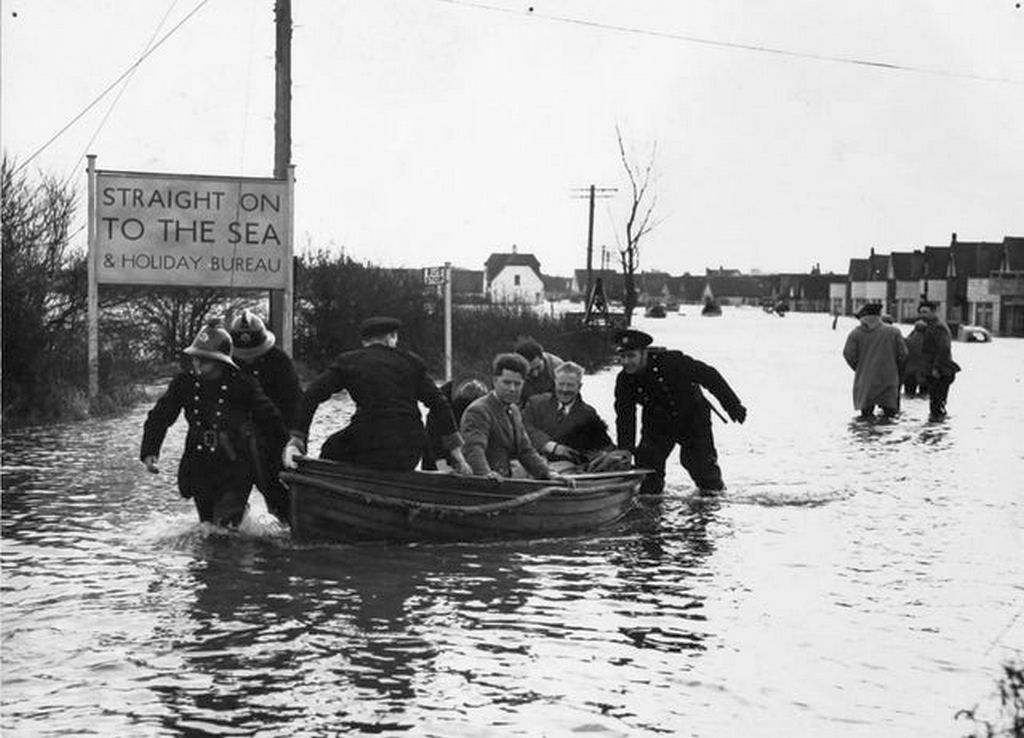 1953_rescuers_at_work_in_jaywick_during_the_flooding_of_essex.jpg