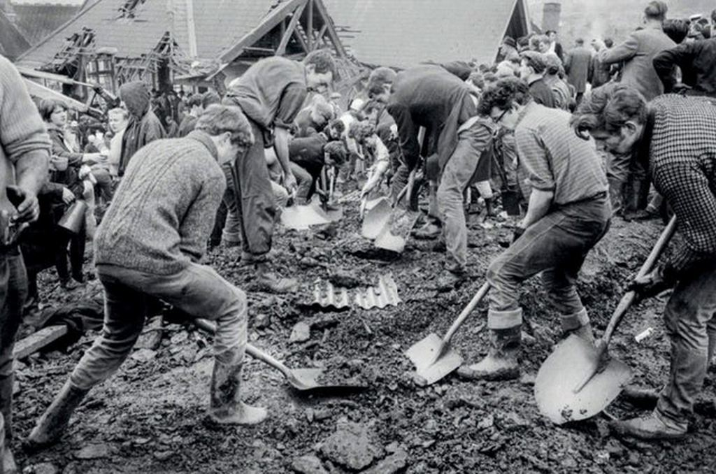1966_clearing_up_in_the_aftermath_of_the_aberfan_disaster_wales.jpg