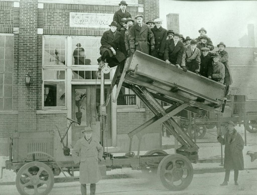 1912_demonstration_of_first_dump_bed_lifted_by_hydraulic_ram_invented_by_garfield_wood_with_glycerin-based_hydraulic_fluid.jpg