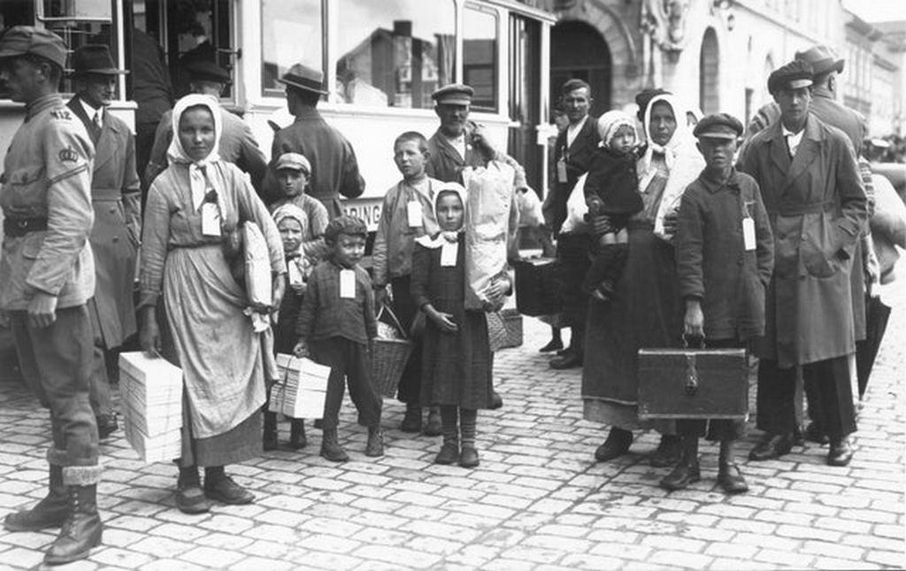 1929_the_inhabitants_from_gammelsvenskby_literally_old_swedish_village_staroshvedske_ukraine_ussr_arrive_in_jonkoping_sweden.jpg