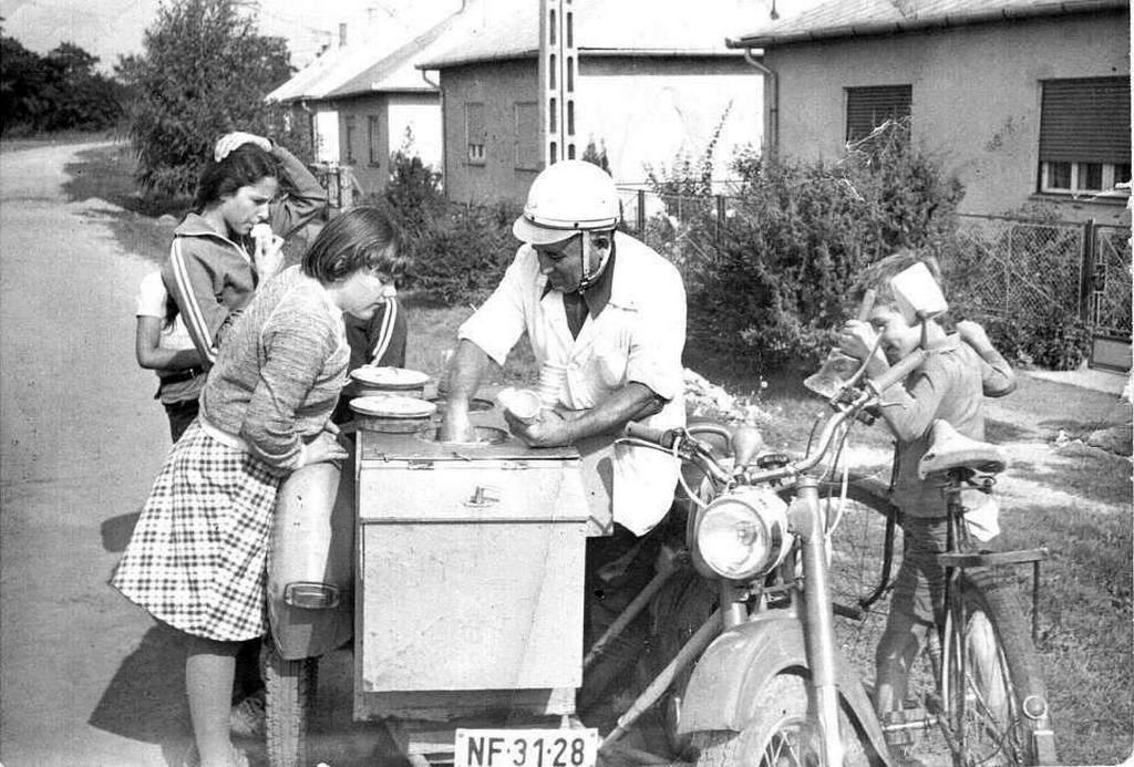 1980_korul_kecskemeti_lajos_oldalkocsis_fagylaltosmotorja_balatonlellen.jpg