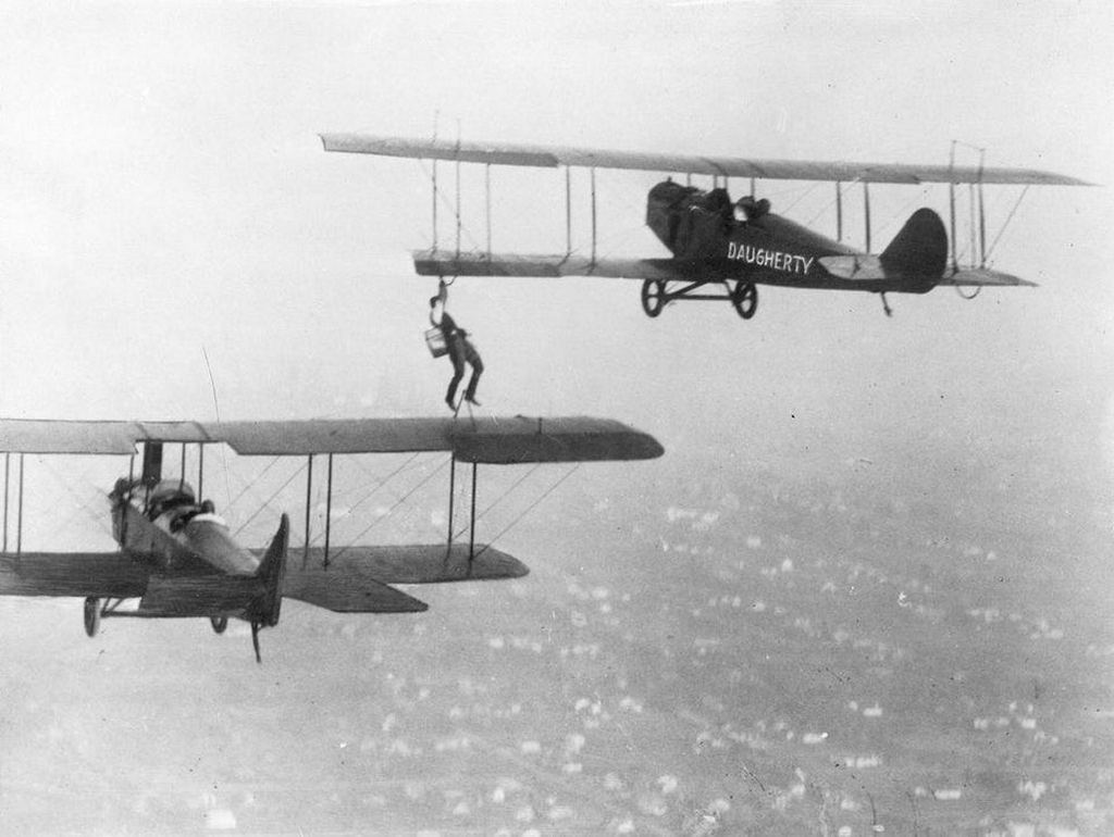 1921_over_long_beach_california_wingwalkers_refuel_plane_mid-flight_to_break_the_record_of_the_longest_time_spent_in_the_air.jpg