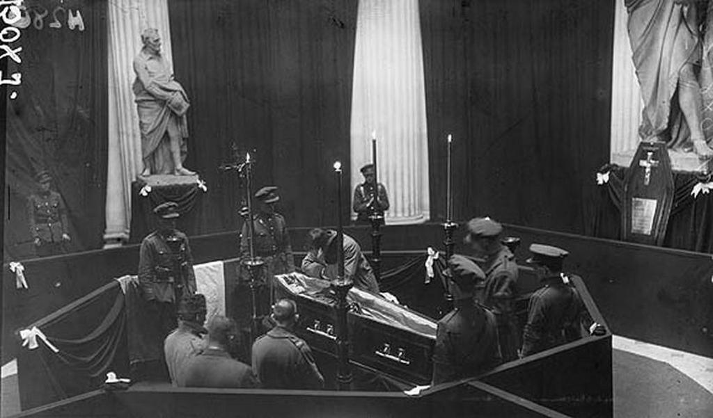 1922_sean_collins_grieving_over_the_body_of_his_brother_irish_revolutionary_michael_collins_as_it_lies_in_state_in_dublin_city_hall.jpg