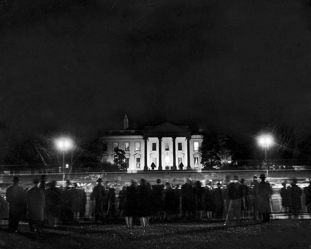 1941_crowd_stands_vigil_before_the_white_house_on_the_evening_of_december_7_1941_day_of_the_attack_on_pearl_harbor.jpg
